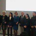 Grono laureatów nagrody za wybitne i nowatorskie rozwiązania w zakresie pomocy społecznej wraz z Panią Minister Elżbietą Rafalską