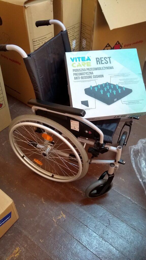 Wózek inwalidzki dziecięcy z poduszką przeciwodleżynową pneumatyczną.